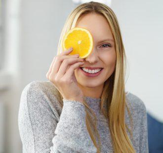 Spazzoli i denti dopo aver bevuto una spremuta? Ecco perché non dovresti farlo
