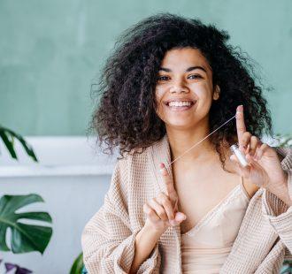 Due ragioni per cui dovresti usare il filo interdentale prima dello spazzolino
