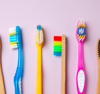 Le cose che devi valutare per scegliere lo spazzolino manuale più adatto a te