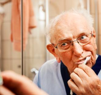Come pulire la dentiera senza rovinarla