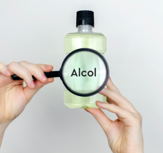 L'alcol nel collutorio e i rischi per la salute: cosa c'è di vero?