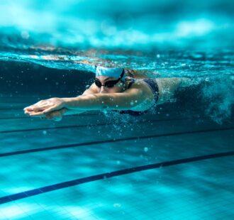Pratichi nuoto? Attenzione all'erosione dentale